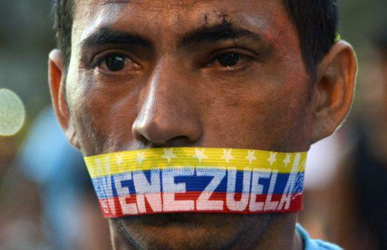 Un hombre en una de las protestas del 23 de febrero en Caracas. / RAUL ARBOLEDA (AFP)
