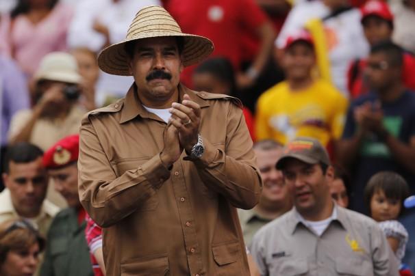 Maduro tropieza con los zapatos de Chávez